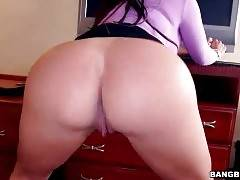 Curvaceous Latina Shows Her Massive Ass 1